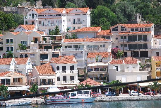 Boulevard Aetos Suites - Kefalonia: View of accommodation from main town