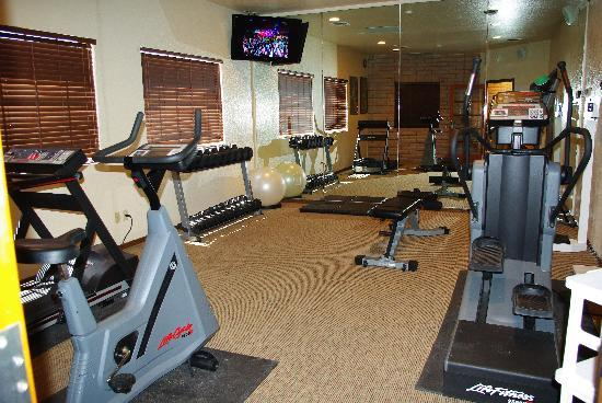 Sierra Suites: fitness room at hotel