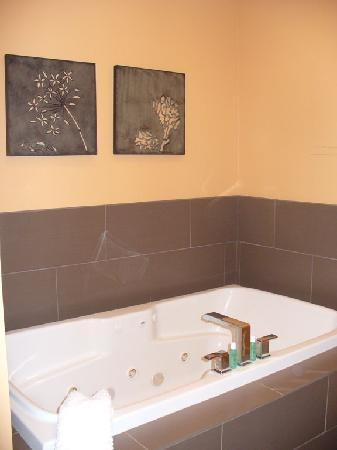 Bella Vita Spa + Suites: Piedmont Suite: Jacuzzi tub