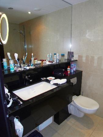 Sheraton Muenchen Arabellapark Hotel: Sauberes, Modernes Bad