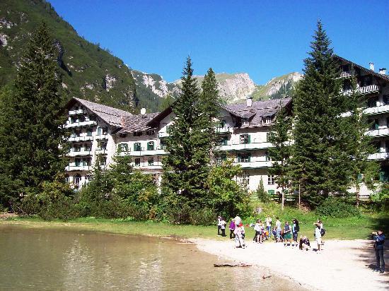 Hotel Pragser Wildsee: L'hotel visto dalla riva del Lago