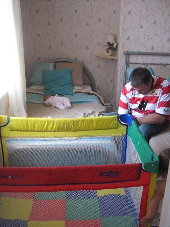 Oakwell Guest House: Cot, single bed, double bed