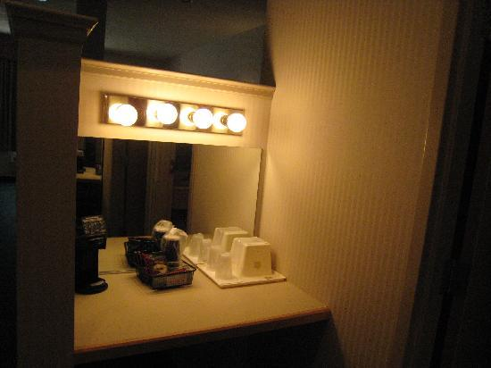 BEST WESTERN PLUS Revere Inn & Suites: Vanity Area