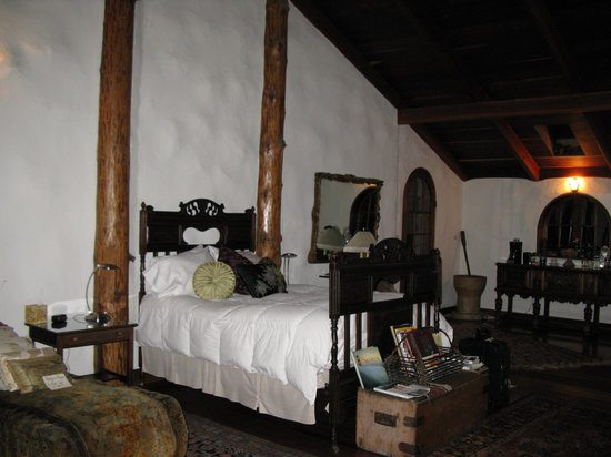 Guest House Bed and Breakfast: Wonderful bed - larger than it looks