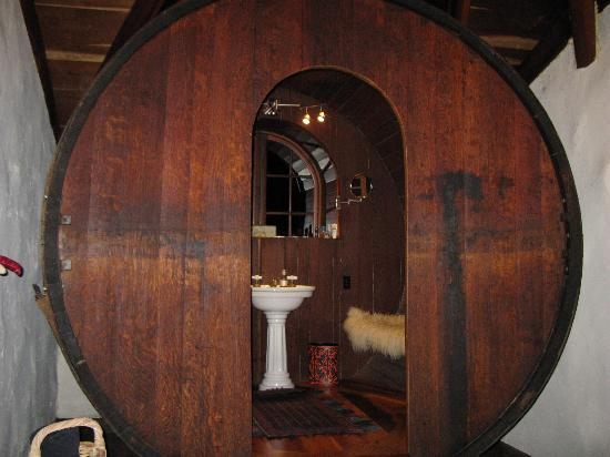Guest House Bed and Breakfast: Giant wine barrel bathroom