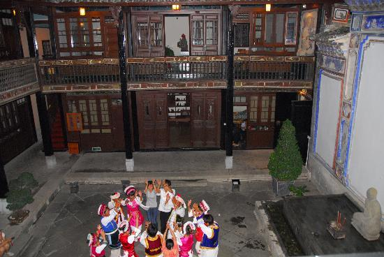 The Linden Centre : Dancing in LC courtyard.