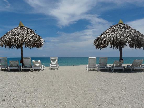 Royal Decameron Beach Resort, Golf & Casino : Foto general de la playa con reposeras y sombrillas