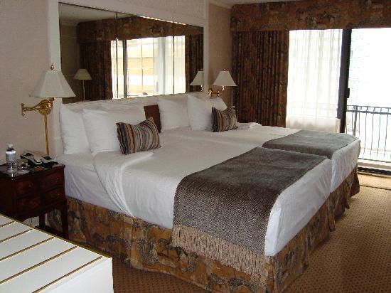 Wedgewood Hotel & Spa: Extremely comfortable and luxurious beds!