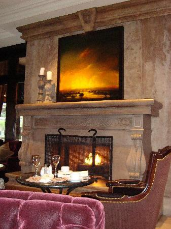 Wedgewood Hotel & Spa: Warm fire during breakfast in the restuarant