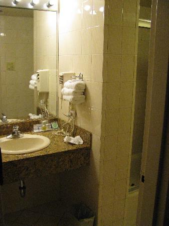 un angolo di bagno - Picture of Travel Inn Hotel New York, New ...