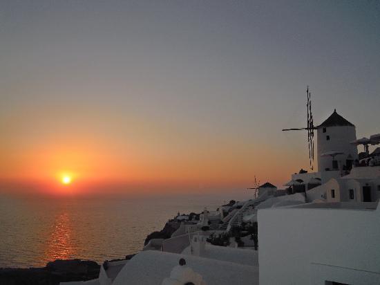 Santorini, Greece: il tramonto visto da Oia
