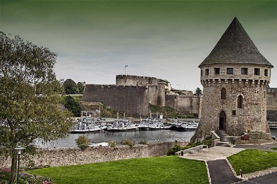 Hotel Oceania Brest Centre: El Castillo de Brest, a pocos minutos andando del Hotel