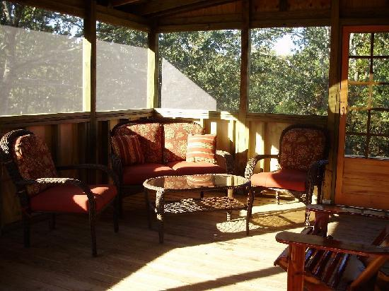 Rim Rock's Dogwood Cabins: All cabins have screened in porch
