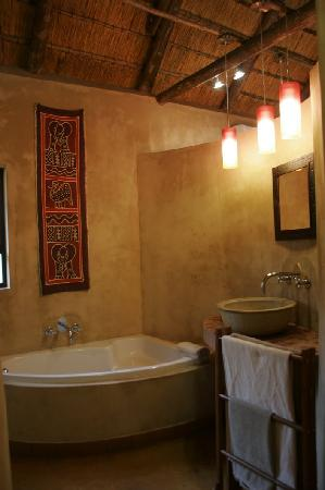 AmaZulu Lodge: Bathroom with relax bath and spacious shower