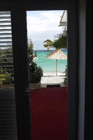 Hotel Tamaris: sea view through hotel door