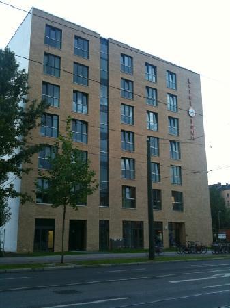 H+ Hotel HVD 4Youth: Hotel von Bernauer Strasse aus gesehen