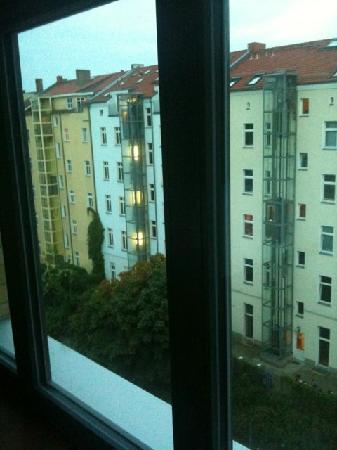 H+ Hotel HVD 4Youth: Aussicht aus Zimmer in den Innenhof