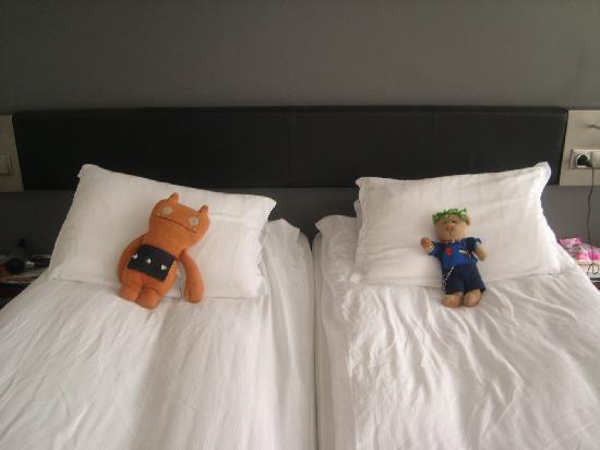 Centerhotel Arnarhvoll: Wage and Chrisbear relax on the comfy beds
