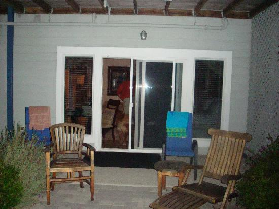 The Inn at Mavericks: Patio facing room sliding glass door