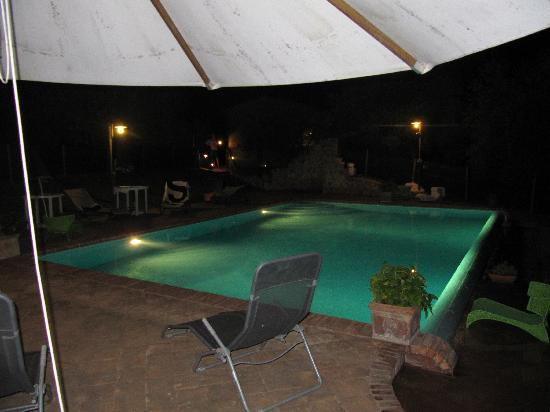Suite Umbria Bed and Breakfast: piscina di notte