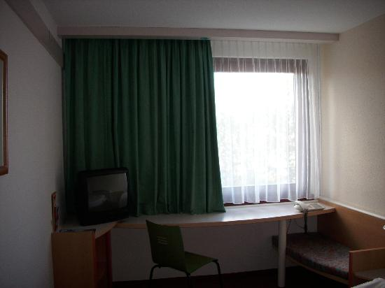 Ibis Styles Osnabrueck: Desk in room