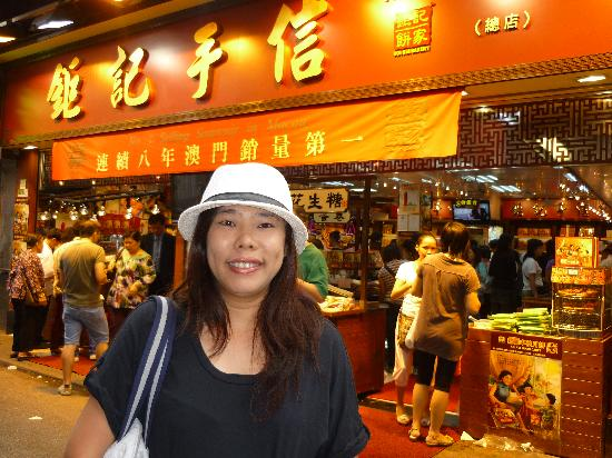 Ko Wah Hotel: Opposite the hotel is the famous Koi Kee