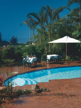 Ridgeview Lodge: Swimming pool in landscaped gardens