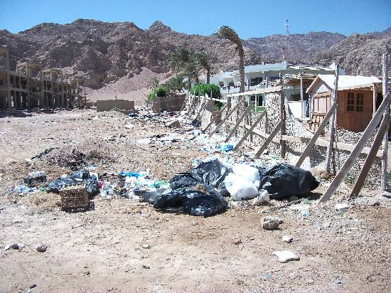 Sea Sun Hotel Dahab: rubbish tip next to hotel.
