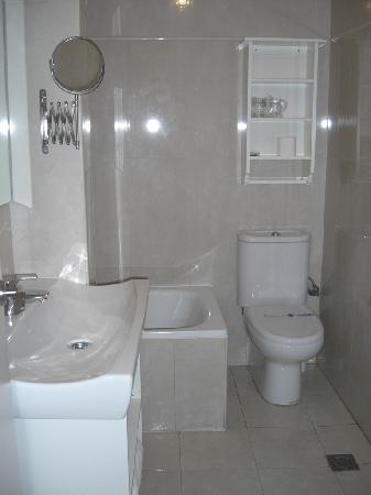Hotel Un Patio al Sur: Baño habitación planta de arriba