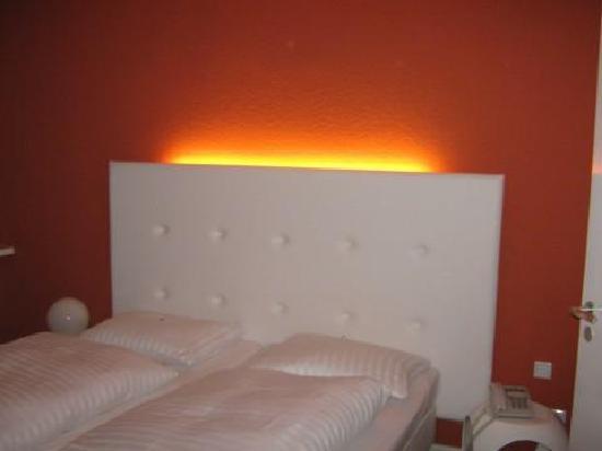 CityHotel am Thielenplatz: Bett mit Hintergrundbeleuchtung