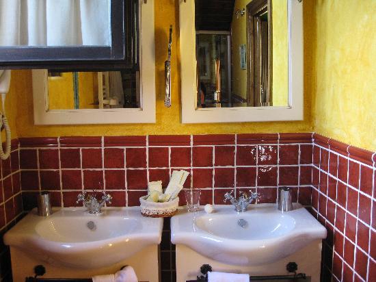 Posada Spa Privilegio De Vara: Window open or second basin: your choice