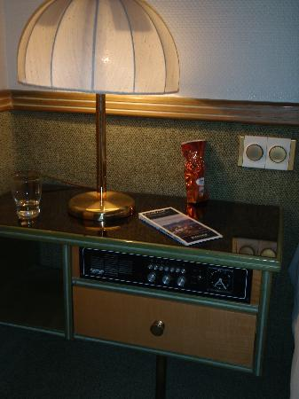 Hotel Arlette am Hauptbahnhof: Bedside table with built-in radio - Design classic