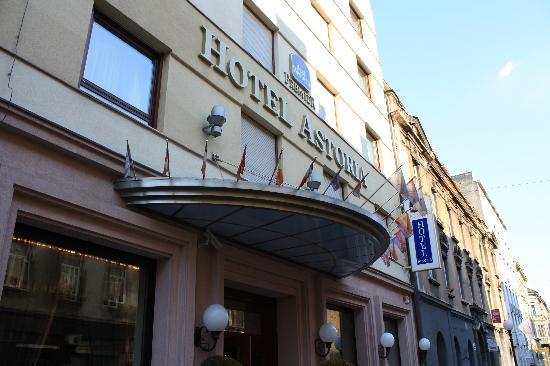Best Western Premier Hotel Astoria: Hotel from the street