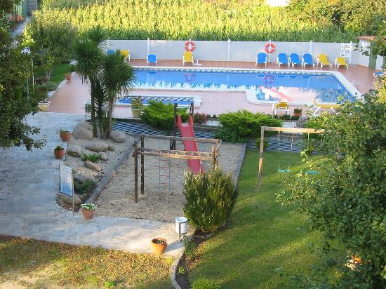 Hotel Cabo Festiñanza: Piscina y parque infantil