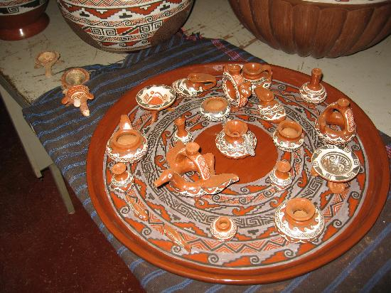 Patzcuaro, Mexiko: Miniature ceramic replicas of traditional pieces at Miguel Angel's studio