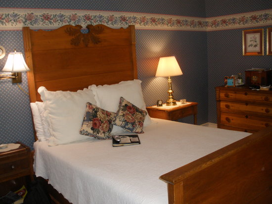 Beechwood Manor Inn & Cottage : The Enid's Comfortable Bed