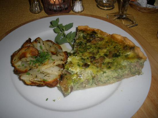 Beechwood Manor Inn & Cottage : Master Chef Gregg's delicious Spinach and Sausage Quiche