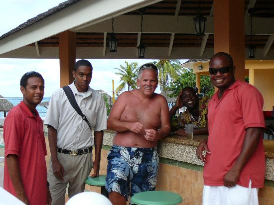 Jewel Dunn's River Beach Resort & Spa, Ocho Rios,Curio Collection by Hilton: Hanging out with the pool/bar staff