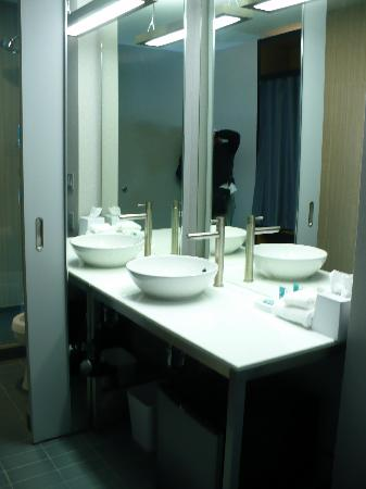 Aloft Milwaukee Downtown: Sink Area