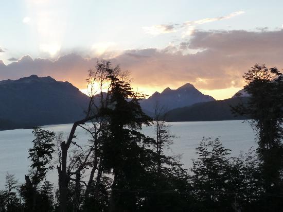 Hosteria Le Lac: Vista desde el lago hacia el hotel