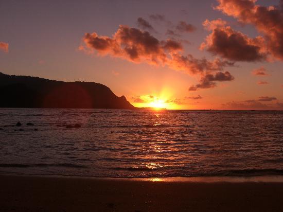 هانالي باي ريزورت: sunset from the beach at HBR overlooking Hanalei Bay (aka Bali Hai)