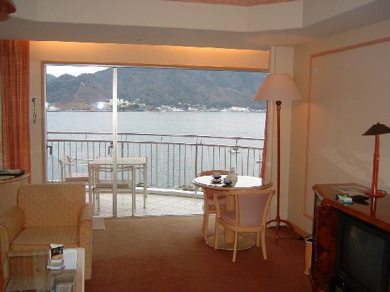 Awashima Hotel: リビングから海を望む
