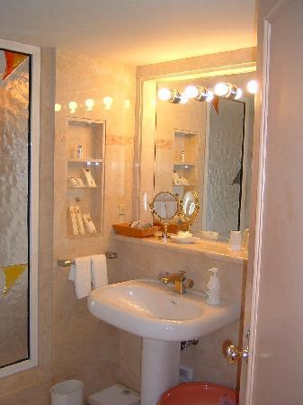 Awashima Hotel: 大理石のバスルーム