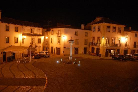 Constancia, Portugal: De nuit, la place sur laquelle donne l'hôtel