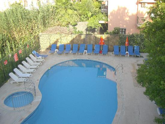 Caretta Apart Hotel: Pool area - from top floor apartment