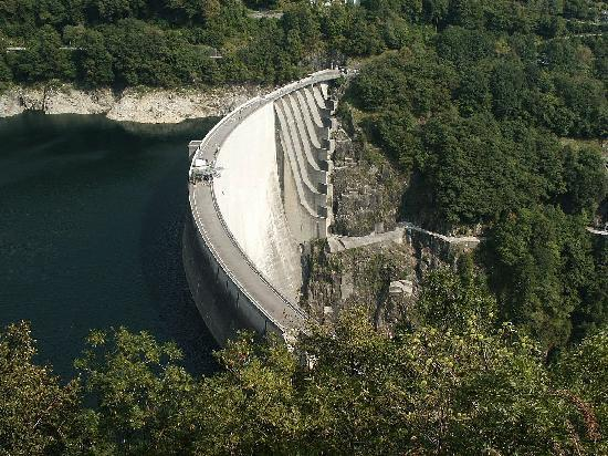 Locarno, İsviçre: Dam closing the Verzasca valley-also being used for bungee