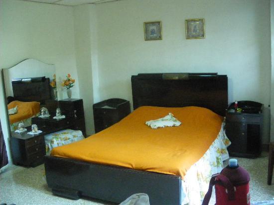 Hostal El Patio : camera pulita!!!!! ferma nel tempo!