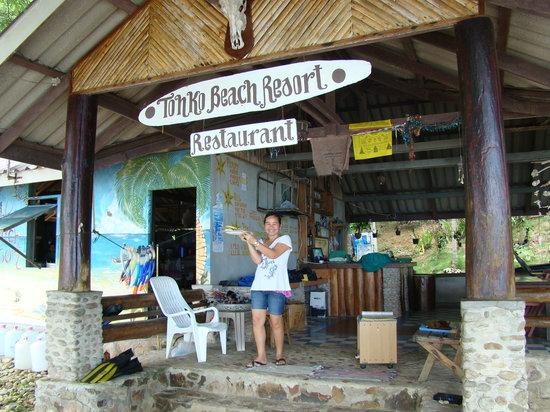 Tohko Beach Resort: Owner serving up breakfast