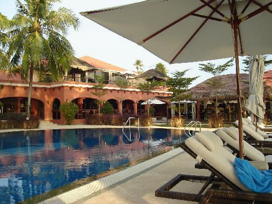 โรงแรมคาซ่า เดล มาร์: Pool und Hotel