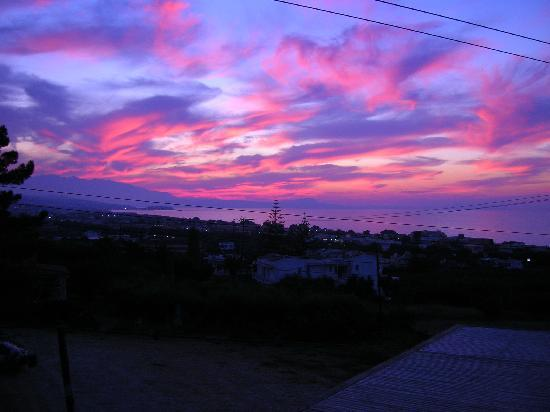 Rethymno Sunset Hotel: Gorgeous sunset taken from the bar, you can't put a price on views like this!